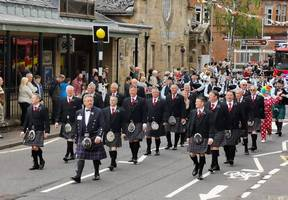 Highland Chieftains leading the procession